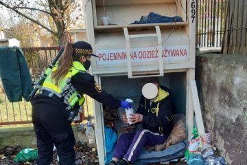 Straż miejska, przy współpracy z MOPS-em udzieliła pomocy jednemu mężczyźnie, który od pewnego czasu zajmował pojemnik na odzież używaną ustawiony, przy ul. Limanowskiego .