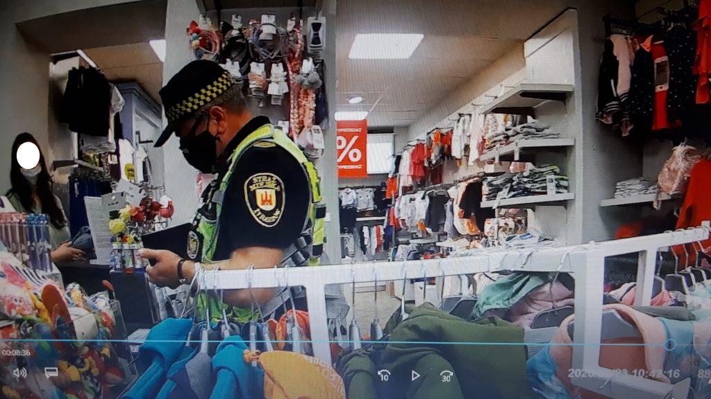 Strażnicy miejscy kontynuowali na terenie miasta kontrolę kolejnych punktów usługowych i handlowych