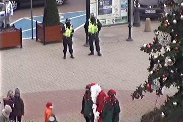 Strażnicy miejscy czuwali nad spokojem i porządkiem publicznym, w celu zapewnienia bezpiecznego przebiegu miejskich Mikołajek