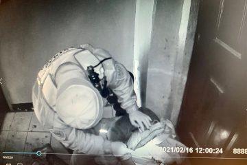 Mężczyzna leżący na klatce schodowej