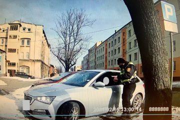 Postój pojazdem marki Skoda w na miejscu przeznaczonym dla osób o obniżonej sprawności ruchowej, przy ul. Mireckiego