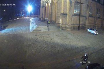 Mężczyzna żebrzący przy kościele MBP,.