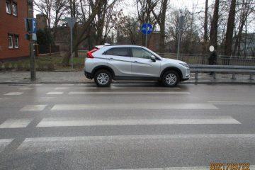 Zaparkowany pojazd na przejściu dla pieszych.