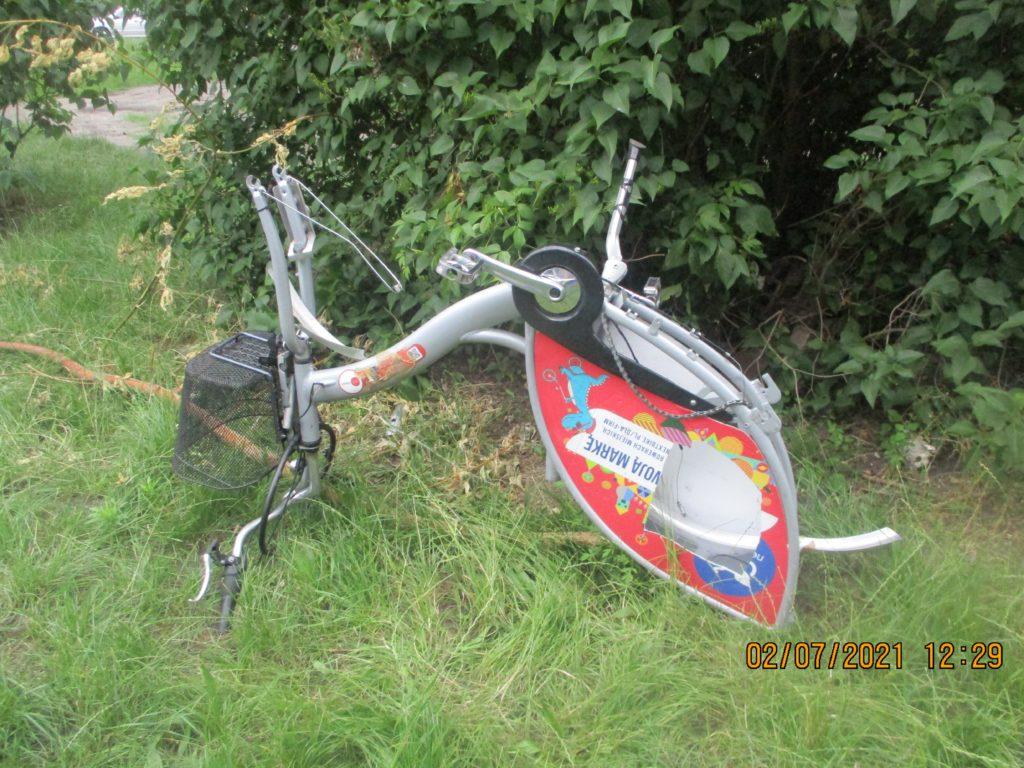 Zdewastowany rower miejski.